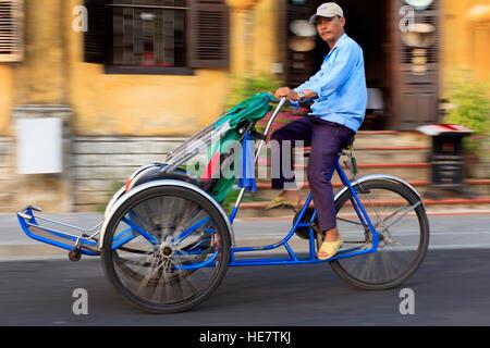 Pilote Cyclo à Hoi An Banque D'Images