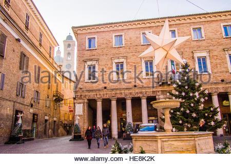 PIazza della Repubblica plein de décorations de Noël, Urbino, une ville médiévale fortifiée dans la région des Marches Banque D'Images