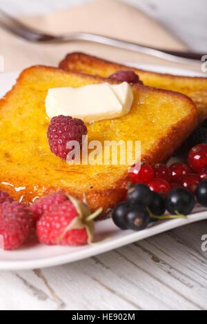 Du pain perdu aux framboises et groseilles sur une plaque verticale close-up. Banque D'Images