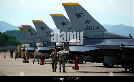 Aviateurs de la 80e Unité de maintenance d'aéronefs d'effectuer des inspections pré-vol sur F-16 Fighting Falcon du 80e Escadron de chasse à Jungwon Air Base, République de Corée, au cours de l'aile Buddy 15-6, Juillet 10, 2015. Dans un effort visant à renforcer la capacité de combat des États-Unis et ROKAF Buddy, formation de l'Escadre sont organisées plusieurs fois tout au long de l'année sur la péninsule d'aiguiser l'interopérabilité entre les forces alliées afin que, si besoin est, ils sont toujours prêts à se battre comme une force combinée. Le s.. Nick Wilson