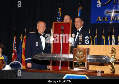 Le 6 décembre, 2007, National Museum of the United States Air Force. General Bruce Carlson, Commandant de l'Armée de l'air Material Command à Wright Patterson Air Force Base à Dayton, Ohio a reçu la commande de l'épée Master Chef Sergent John le merlu à l'ordre de l'Épée cérémonie.