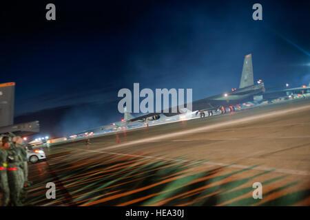 B-52H Stratofortresses taxi jusqu'à la piste lors de l'exercice Global Thunder sur Minot Air Force Base, N.D., le 26 octobre 2014. Le tonnerre est mondial annuel du Commandement stratégique des États-Unis et de formation du personnel de terrain de bataille de l'exercice. Il forme des aviateurs à dissuader, et si nécessaire, de faire échouer une attaque militaire contre les États-Unis. Airman Senior Bretagne Y. Bateman)