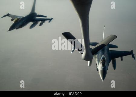 Deux Royal Danish Air Force F-16 Fighting Falcon l'approche Stratotanker KC-135 au cours d'une mission de ravitaillement en vol au-dessus de l'Iraq, le 30 juin 2016. Aviateurs du 340e Escadron expéditionnaire de ravitaillement en vol de carburant la Royal Danish Air Force's F-16 Fighting Falcon sur l'Irak, à l'appui de groupe Force-Operation résoudre inhérent. Les États-Unis et plus de 60 partenaires de coalition travaillent ensemble pour éliminer le groupe terroriste ISIL et la menace qu'ils représentent pour l'Iraq et la Syrie. Le s.. Larry E. Reid Jr., sorti)