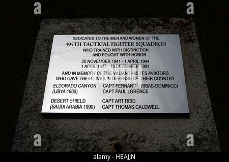 Une nouvelle plaque à Royal Air Force de Lakenheath désactivé 495e Escadron tactique de chasse, a été placé sur un time capsule monument à RAF Lakenheath, Angleterre, le 19 juin 2015. Activé en 1977, l'escadron a fonctionné comme une unité de formation de rechange pour la liberté d'aile 492nd, 493rd et 494e Escadrons de chasse qui sont actives aujourd'hui. Airman Senior Erin O'Shea