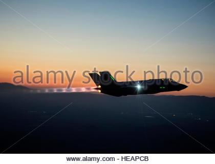 Le F-35 de la Force d'essai intégré est de passer à une série de vols de nuit, l'essai la capacité de voler le jet Banque D'Images