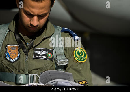 Arabie Royal Air Force Le Capitaine Mohsen, F-15 Strike Eagle vol pilote donne sur un journal avant une mission Banque D'Images
