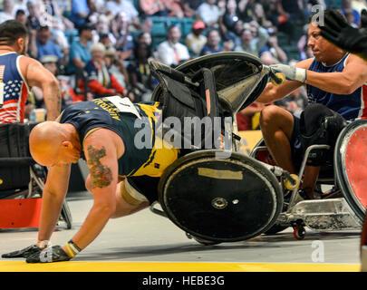 160511-F-WU507-065: Team Australia's Serafini Trent dans sa chaise de roue tourne comme un athlète de l'équipe Banque D'Images