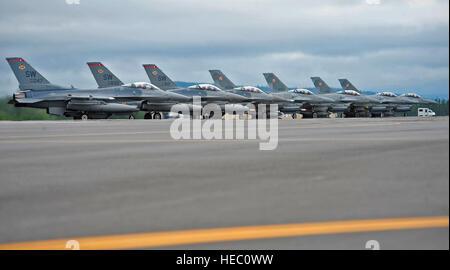 U.S. Air Force et Polish air force F-16C Fighting Falcon attendent le signal pour lancer au cours de l'exercice Red Flag Alaska-12-2 Le 11 juin 2012, Eielson Air Force Base, en Alaska. C'est la première fois que le PLAF a participé à RF-A. RF-A aircreews fournit des sorties de combat réaliste d'augmenter leurs chances ofsurvival dans des combats. L'US Air Force F-16 sont affectés à la 77e Escadron de chasse, Shaw Air Force Base, L.C. (U.S. Air Force photo/Le s.. Miguel Lara III)