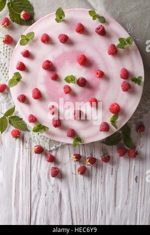 Beau gâteau au fromage avec les framboises et menthe close-up vertical Vue de dessus. Banque D'Images