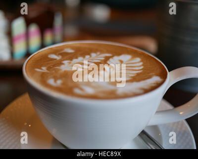 La texture de Latte art feuille sur le dessus de café chaud Banque D'Images