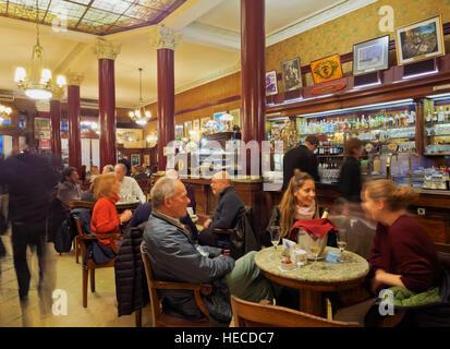 L'ARGENTINE, Buenos Aires, l'Avenida de Mayo, vue de l'intérieur du café Tortoni. Banque D'Images