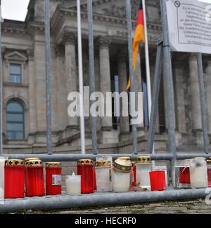 Berlin, Allemagne. 18Th Oct, 2016. Bougies placées à l'extérieur du Reichstag à Berlin, Allemagne, 20 décembre 2016. Banque D'Images