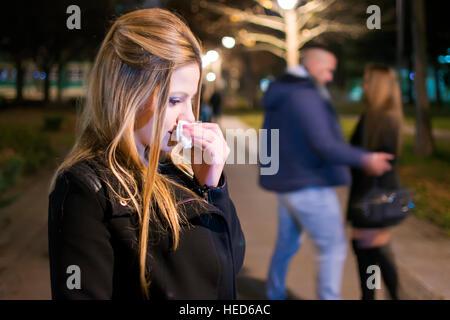 Jeune femme qui crie dans la nuit . La trahison et l'infidélité de concept. Couple Breaking Up. Banque D'Images