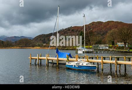 Waterhead sur les rives du lac Windermere, près de ambleside, montrant des jetées et des bateaux amarrés, dans le Banque D'Images