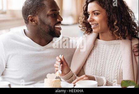 African American couple positif profitant du petit gâteau au café Banque D'Images