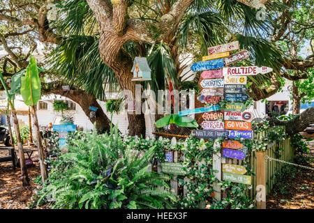 Les panneaux colorés et amusants en face d'une petite plage accueil à Grayton Beach, Floride USA.