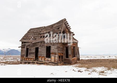 Ancienne maison de ferme en hiver avec la neige. Banque D'Images