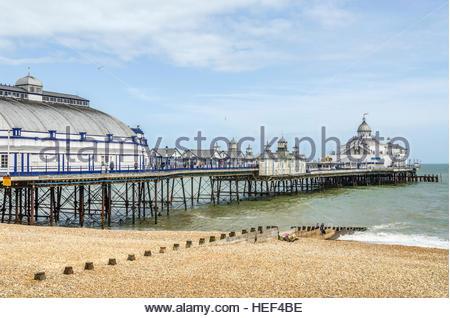 Vue sur le front de mer et de la jetée d'Eastbourne, East Sussex, Angleterre du Sud | Aussicht über die Strandpromenade Banque D'Images