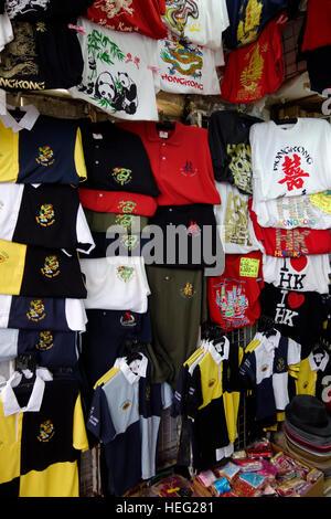 T - shirts souvenirs à vendre, Stanley Market, Hong Kong, Chine Banque D'Images