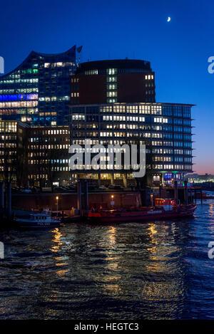 Les bâtiments illuminés la nuit dans HafenCity dans le port sur l'Elbe, Hambourg, Allemagne Banque D'Images