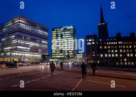 Rue Willy Brandt, l'une des principales artères de la ville de nuit, Hambourg, Allemagne Banque D'Images