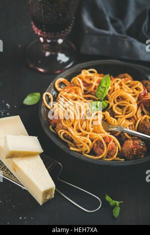 Dîner de pâtes italiennes. Spaghetti avec meatballas, basilic et parmesan dans le noir et la plaque en verre de Banque D'Images