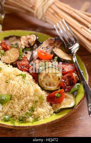 Couscous aux légumes grillés sur la plaque Banque D'Images