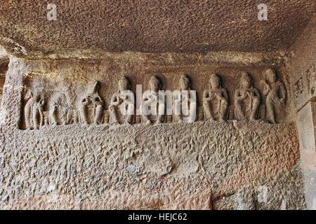 La grotte 1, le porche à gauche, sept Bouddhas identiques Bhadrasana, Aurangabad Grottes, Aurangabad, Maharashtra, Banque D'Images