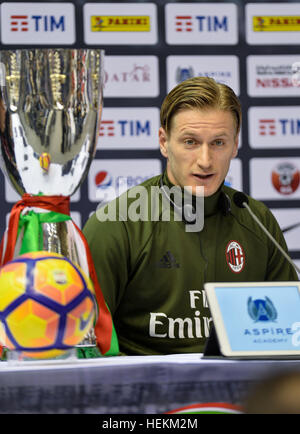 (161223) -- DOHA, le 23 décembre 2016, (Xinhua) -- L'AC Milan le capitaine et défenseur italien Ignazio Abate prend Banque D'Images