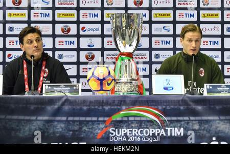 (161223) -- DOHA, le 23 décembre 2016, (Xinhua) -- L'AC Milan entraîneur en chef Vincenzo Montella et player Ignazio Banque D'Images