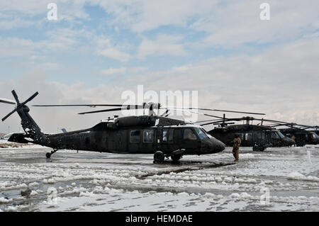 La neige s'envole les pales de rotor d'un hélicoptère UH-60 Black Hawk que sa vitesse de rotation des rotors jusqu'à Banque D'Images