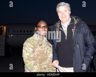 La sénateur Sheldon Whitehouse, D-R.I., rencontre avec l'un de ses électeurs, le Sgt. Nejay Wiley, un spécialiste Banque D'Images