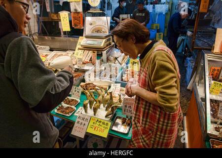 L'ayu frits (sweetfish) à vendre au marché Nishiki, Kyoto, Japon Banque D'Images