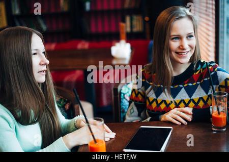 Girl friends communiquer dans un café Banque D'Images
