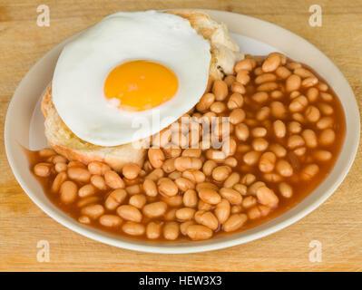 Le petit déjeuner de l'œuf frit sur du pain grillé avec des haricots blancs Banque D'Images
