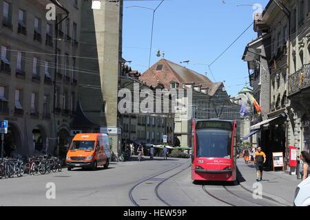 Une scène de rue moderne dans l'état occupé Berne, Suisse montrant divers modes de transport. Banque D'Images
