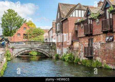 Itchen River qui traverse la vieille ville historique de Winchester centre de l'Angleterre. | Fluß im historischen Banque D'Images