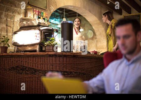 Man in restaurant Banque D'Images