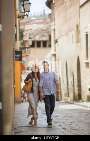 Couple walking on street, Palma de Mallorca, Espagne Banque D'Images