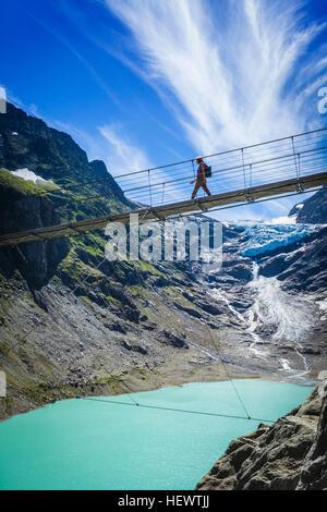 Passage touristiques Pont de Trift, Suisse Banque D'Images