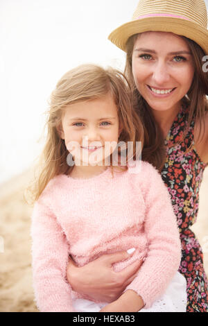 Happy mother and daughter on beach Banque D'Images