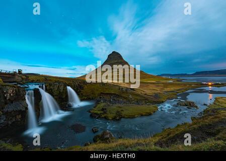 Northern Light Plus de Kirkjufell, Grundarfjordur ville, à l'ouest de l'Islande à petit nuage noir sur la montagne Banque D'Images