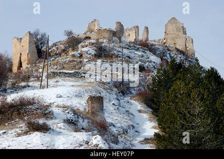 Wnter vue sur les vestiges de château Rocca Caascio dans les Abruzzes, Italie Banque D'Images