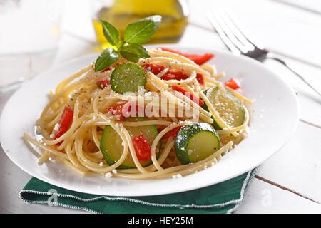 Spaghetti aux courgettes et poivrons Banque D'Images