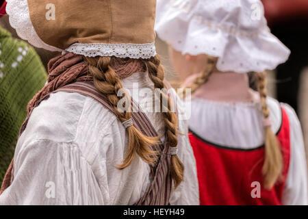 Les filles avec cheveux tressés et vêtus de vêtements du 19ème siècle au festival Dickens de Deventer, Overijssel, Pays-Bas.