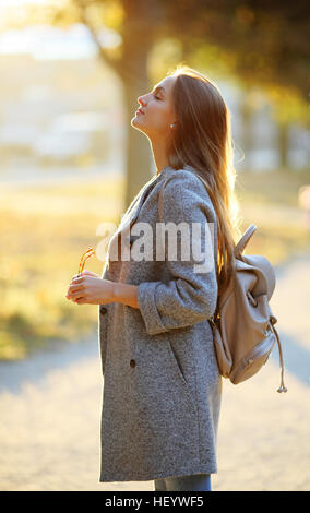 Young woman enjoying sur le soleil Banque D'Images