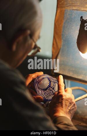 Edo Kiriko artisan verrerie traditionnelle japonaise travaillant dans le studio Banque D'Images