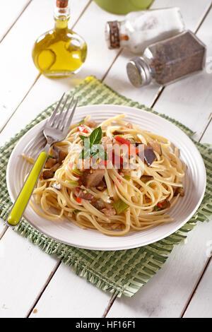 Spaghettis aux poivrons et aubergines - recette italienne Banque D'Images