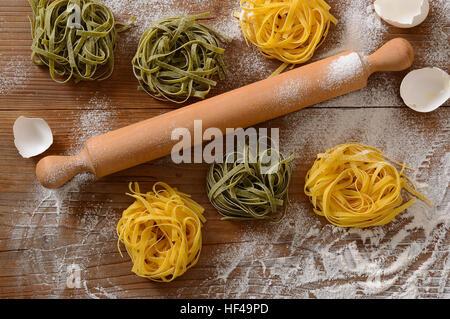 Nouilles aux œufs sur la table - Cuisine italienne traditionnelle Banque D'Images