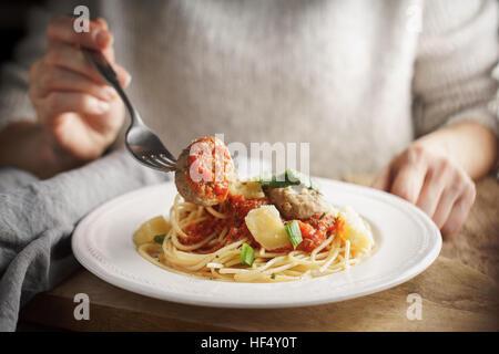 Femme mangeant des boulettes de l'horizontale Banque D'Images